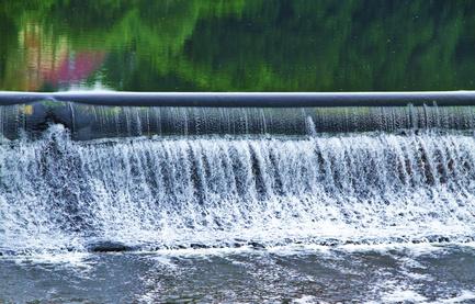 Wasserregulierung mit Wasserfall