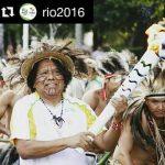 Indios und Sportler tragen olympische Fackel zu Naturattraktionen Pantanals